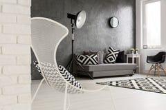 Modny monochromatic popielaty żywy pokój zdjęcie royalty free