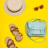 modny pojęcie Kobiety ` s plaży kapelusz, torebka, brązów buty Ye fotografia royalty free