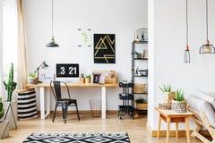 Modny pokój dla freelancer zdjęcia stock