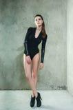 Modny portret piękny model w czarnym ciele Strona zdjęcia royalty free