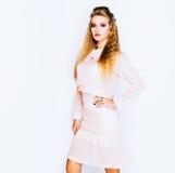 Modny pracowniany moda wizerunek seksowny model, jest ubranym pinc koloru strój Moda i styl salowy Fotografia Stock