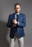 Modny przystojny elegancki brodaty mężczyzna z szkłami Obrazy Stock