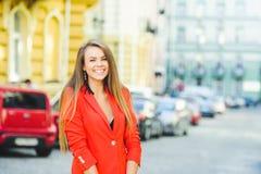 Modny spojrzenie, gorący dnia model młoda kobieta chodzi w mieście, jest ubranym czerwoną kurtkę, blondyn i uśmiechu ove, outdoor obrazy royalty free