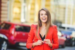 Modny spojrzenie, gorący dnia model młoda kobieta chodzi w mieście, jest ubranym czerwoną kurtkę, blondyn i uśmiechu ove, outdoor Obraz Royalty Free