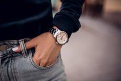 Modny srebny zegarek na kobiety ręce zdjęcia royalty free