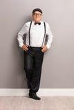 Modny starszy dżentelmen z czarnymi suspenders obraz stock