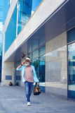Modny stary człowiek opowiada na telefonie i odprowadzenie puszka ulicie Obraz Stock
