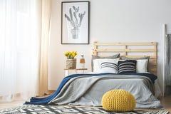 Modny sypialni wnętrze obraz stock
