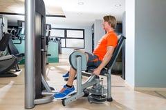Modny uprowadzenie blondynów mężczyzna ćwiczenie przy gym salowym Fotografia Royalty Free