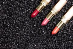 Modny warga makijażu tło - pomadka na antracyt powierzchni zdjęcie royalty free