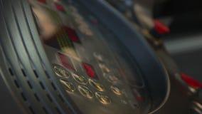 Modo activo del ajuste de la persona en la rueda de ardilla en el gimnasio, pantalla táctil del equipo de la aptitud almacen de metraje de vídeo