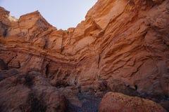 Modo al canyon rosso nel Israil nel giorno soleggiato con le montagne rosse e il waterfull asciutto Fotografia Stock