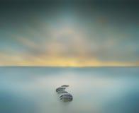 modo albero magico di cielo al grande nell'esposizione lunga del waterscape Immagini Stock