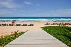 Modo alla spiaggia, Phuket, Thaialnd della camminata fotografia stock