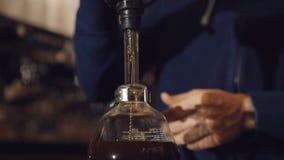 Modo alternativo di produrre caffè nel creatore di vuoto in 4K stock footage