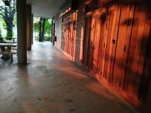 Modo attraverso la grande casa sulla sera Fotografie Stock