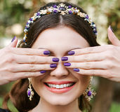 Modo, bellezza, tenerezza Giovane donna felice con un sorriso luminoso del manicure ampio, sorriso bianco, denti bianchi diritti  Immagine Stock Libera da Diritti