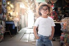 Modo bianco d'uso di posa della maglietta della ragazza asiatica Fotografia Stock Libera da Diritti