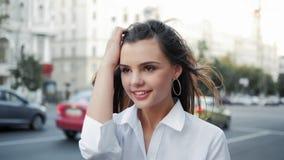 Modo che modella la città di camminata sorridente della ragazza teenager archivi video