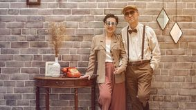 Modo d'annata delle coppie senior di Rich Asian in casa di lusso Fotografia Stock