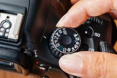 Modo de dial de la TV en cámara del dslr con los fingeres en el dial imágenes de archivo libres de regalías
