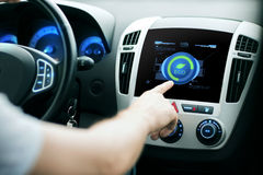 Modo de sistema masculino del eco del coche del ajuste de la mano en la pantalla Foto de archivo