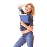 Modo del denim. Ragazza dello studente di college in libro di lettura delle blue jeans Fotografia Stock Libera da Diritti
