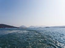 Modo dell'acqua dietro la nave Città di Yousu Immagine Stock