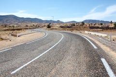 Modo dell'asfalto nel terreno della montagna Fotografie Stock