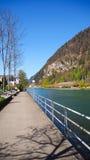 Modo della bicicletta e del passaggio pedonale lungo il fiume a Interlaken Fotografia Stock