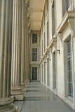 Modo della camminata della colonna in una corte della giustizia Immagine Stock Libera da Diritti