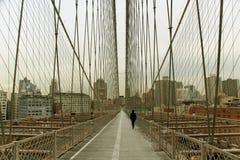 Modo della camminata sul ponte di Brooklyn Fotografia Stock Libera da Diritti