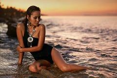 Modo della donna e stile di estate Ragazza in costume da bagno nero in mare immagine stock libera da diritti