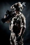 Modo della mitragliatrice della tenuta dell'uomo del soldato Fotografia Stock Libera da Diritti