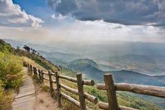 Modo della passeggiata al punto di vista sulla montagna Fotografie Stock Libere da Diritti