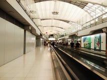 Modo della passeggiata all'aeroporto Fotografia Stock Libera da Diritti