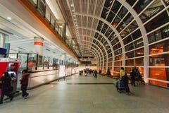 Modo della passeggiata con i viaggiatori in Hong Kong International Airport Che Fotografie Stock Libere da Diritti