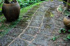 Modo della passeggiata fatto dalla pietra porosa rossa nel gardent Immagini Stock Libere da Diritti