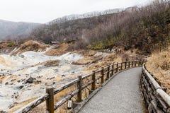 Modo della passeggiata della valle dell'inferno di Noboribetsu Jigokudani: La valle del vulcano ha ottenuto il suo nome dall'odor fotografia stock