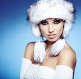 Modo della pelliccia. Bella ragazza in cappello di pelliccia. Immagine Stock Libera da Diritti