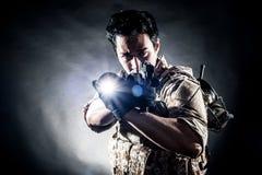 Modo della pistola della tenuta dell'uomo del soldato Fotografia Stock