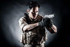 Modo della pistola della tenuta dell'uomo del soldato Fotografia Stock Libera da Diritti