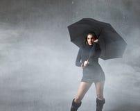 Modo della ragazza con l'ombrello immagini stock libere da diritti