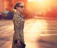 Modo della via, donna alla moda in un vestito con la stampa del leopardo fotografie stock libere da diritti