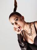 Modo dello studio sparato: ritratto di grida della giovane donna sveglia Immagini Stock