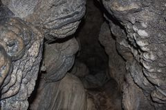 Modo dentro la caverna del calcare di Mawsmai, Cherrapunji, Meghalaya fotografie stock