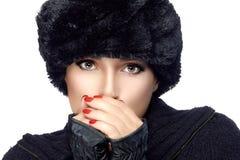 Modo di bellezza di inverno Giirl in vestiti caldi isolati su bianco Immagini Stock Libere da Diritti