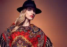 Modo di caduta Donna in Autumn Shawl Cappello alla moda Immagini Stock Libere da Diritti