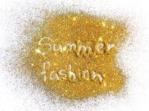 Modo di estate dell'iscrizione sulla scintilla dorata di scintillio su fondo bianco Fotografia Stock