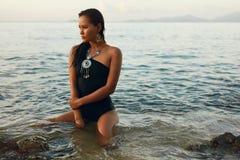 Modo di estate Donna asiatica sexy in costume da bagno sulla spiaggia immagine stock libera da diritti